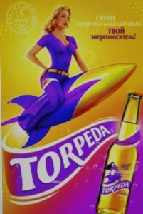 Unsubtile Blondine auf dem Torpedo