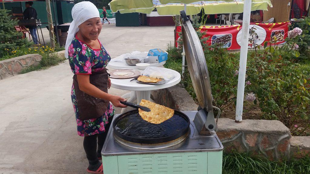 Tschebureki - mit Hackfleisch gefüllte und frittierte Teigtaschen