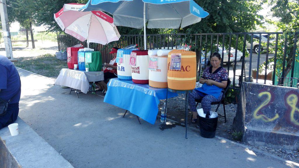 Getränkeverkauf auf den Straßen Kirgistans