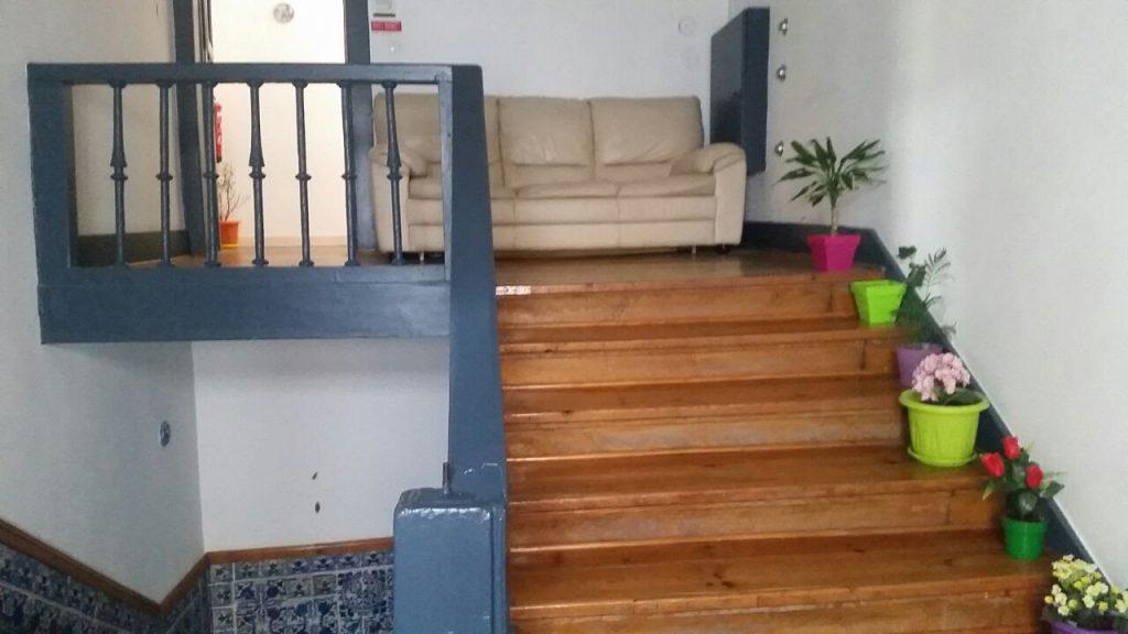 Treppenhaus mit Sofa Welcome Guest House Lissabon